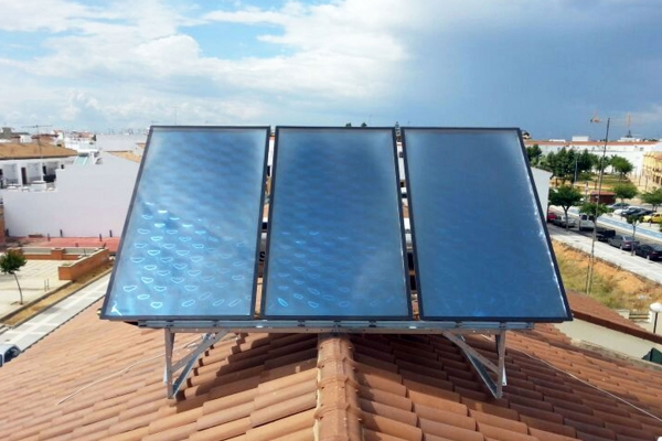 Equipos de paneles solares instalados en huelva