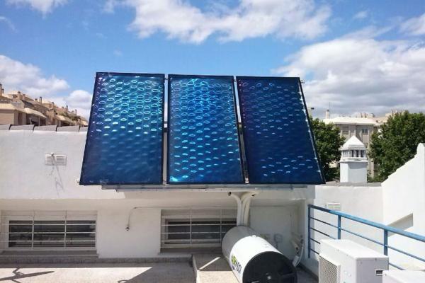 Equipo de paneles solares instalados en Torre del Mar, Málaga