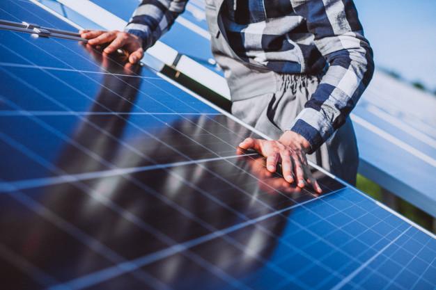 Trabajador placas solares